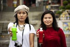 Chinese mensen en reizigers Thaise vrouwen die met drank Chinese stijl stellen bij Tian Tan-tuin van Tiantan-tempel in Shantou of royalty-vrije stock afbeelding