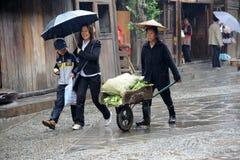 Chinese Miao nationaliteitsvrouw in de regen stock foto's