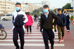 Chinese middle school students cross the road and wear masks Royalty Free Stock Photos