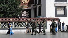 Chinese militairen die bij de Jokhang-tempel lopen Royalty-vrije Stock Afbeeldingen
