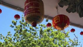 Chinese nieuwe jaarlantaarns in de stad van China Voorvaderverering op Chinees Nieuwjaar en brandend document goud stock videobeelden