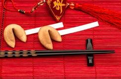 Chinese nieuwe jaren gelukkige charme, fortuinkoekjes en zwarte chopsti stock fotografie