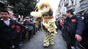 Chinese Nieuwjaarparade in Milaan 2014 stock footage