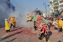 Chinese Nieuwjaarvoetzoekers tijdens 117ste Gouden Dragon Par Royalty-vrije Stock Foto