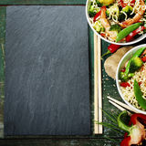 Chinese noedels met groenten en garnalen Stock Afbeeldingen