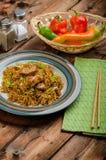 Chinese noedels met kip en ui stock afbeelding
