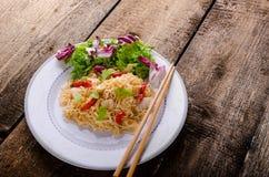 Chinese noedels met kip en verse salade Stock Afbeeldingen