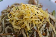 Chinese noedels met omelet en groenten Royalty-vrije Stock Afbeelding