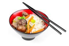 Chinese noedels met rundvlees en groenten stock afbeelding