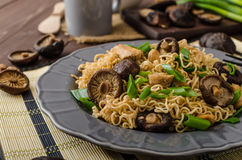 Chinese noodles with chicken and shitake Royalty Free Stock Photography