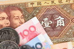 Chinese- oder Yuan-Banknotengeld und -münzen von Chinas Währung, Stockfoto
