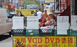 Chinese Oma die DVD-de Scène van de de Stadsstraat van Chinatownnew york bekijken stock afbeeldingen