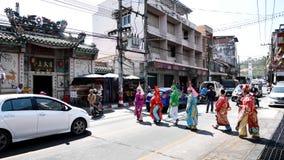 Chinese operaactoren die over de straat aan het aanbieden van Heiligdom van de Zwarte Zee lopen Stock Foto