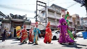 Chinese operaactoren die over de straat aan het aanbieden van Heiligdom van de Zwarte Zee lopen Stock Foto's
