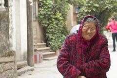 Chinese oude vrouw in een dorp Royalty-vrije Stock Afbeelding