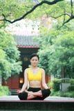 chinese outdoor practicing woman yoga young στοκ φωτογραφία με δικαίωμα ελεύθερης χρήσης