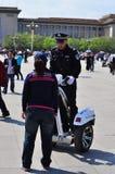 Chinese Politieagent die op Segway het publiek beantwoordt Royalty-vrije Stock Afbeeldingen