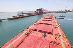 Into the Chinese port of Qingdao ore carriers. Chinese steel mills to the inventory to make iron ore import demand, prices have fallen sharply Royalty Free Stock Images