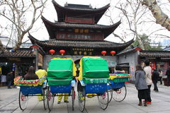 Chinese Riksja in fornt van de historische bouw Royalty-vrije Stock Fotografie
