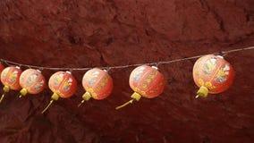 Chinese rode lantaarn die met windslag slingeren stock videobeelden
