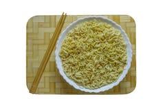 Chinese schotel van noedels en eetstokjes Stock Foto