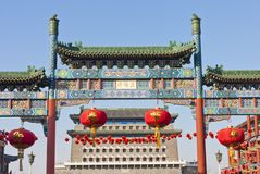 Chinese steen verfraaide overwelfde galerij en oude stad t Royalty-vrije Stock Fotografie