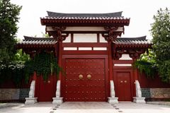 Chinese stijldeur in een boeddhistische tempel - Xi `, China stock afbeelding