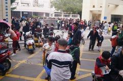 Chinese studenten bij middag op weg naar huis van school Royalty-vrije Stock Foto's