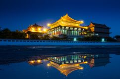 Chinese tempel in de nacht in Thailand stock foto's