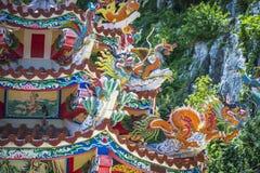Chinese tempel met details op bovenkant stock foto's