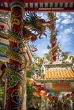Chinese tempeldetails met draken op kolommen stock foto's