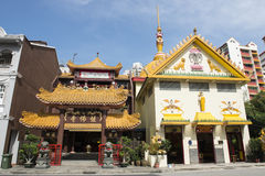 Chinese temple and Hindu temple. Singapur Royalty Free Stock Photography