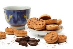 Chinese theekop, smakelijke koekjeskoekjes en donkere chocoladestukken Royalty-vrije Stock Afbeeldingen