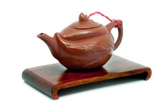 Chinese Theepot op tribune op witte achtergrond Stock Foto