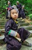 Chinese tiener in de traditionele etnische stam van kledingsmiao, bewapend w Royalty-vrije Stock Afbeeldingen