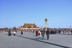 Chinese toeristen op zonnige Tiananmen, Peking Stock Afbeelding
