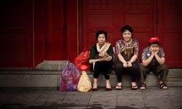 Chinese tourists sitting and waiting in Singapore street royalty free stock photos