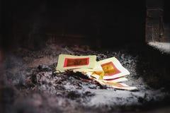 Chinese Traditiegeloven die Josspaper voor Voorvaderen branden royalty-vrije stock foto's