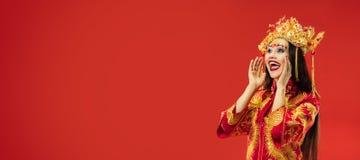 Chinese Traditionele Vrouw Mooi jong meisje die in nationaal kostuum dragen royalty-vrije stock fotografie