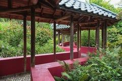 Chinese tuin die door een behandelde gangtribune met wordt gekruist Royalty-vrije Stock Afbeelding