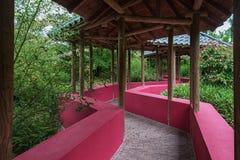 Chinese tuin die door een behandelde gangtribune met wordt gekruist Royalty-vrije Stock Foto's