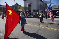 Chinese und U S Flaggen am Chinesischen Neujahrsfest führen, 2014, Jahr des Pferds, Los Angeles, Kalifornien, USA vor Lizenzfreie Stockfotos