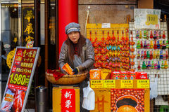 Chinese verkoper op een treet van Yokohama-Chinatown, grootste chinatown van Japan Stock Afbeelding