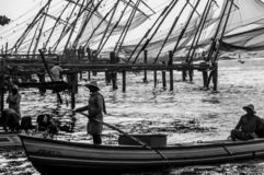 Chinese Visnetten in Cochi, Kerala, India - vissers in voorgrond Rebecca 36 royalty-vrije stock foto's