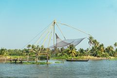 Chinese visnetten en een visser in Cochin Kochi India, bedelaars Stock Afbeelding