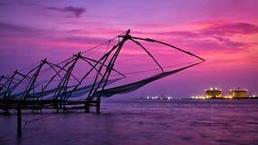 Chinese visnetten op zonsondergang Kochi, Kerala, India Stock Foto