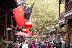 Chinese vlag in een overvolle oude straat Royalty-vrije Stock Afbeeldingen