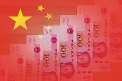 Chinese vlag met 100 RMB-nota's geplaatst zoals het toenemen treden Sym stock foto's