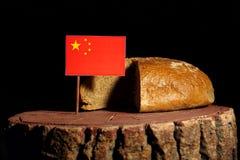 Chinese vlag op een stomp met brood stock afbeeldingen