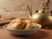 Chinese vlokkige snack en theepot stock afbeeldingen